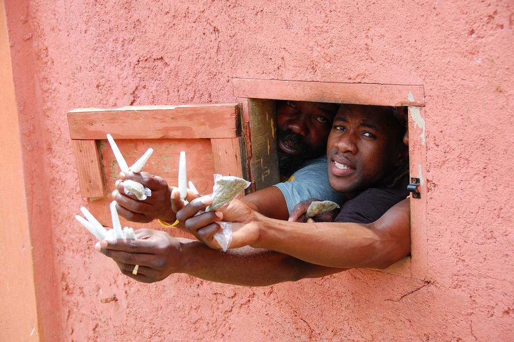 "Venta de ganja en la casa de Bob Marley, Jamaica. Foto: Patrick Talbert ""Ganja at Bob Marley house"". CC BY-NC-SA 2.0."